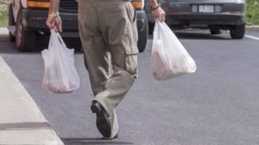 Retailers urge province-wide curbs on plastic bags